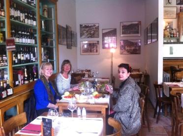 Sketcher girls who lunch. La Marbrerie, Caunes